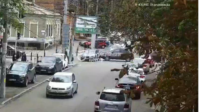 Новости Днепра про Не проехать: в Днепре ДТП на улице Староказацкой, машина заблокировала проезд (видео)
