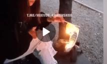 Школьница из Каменского, которая сожгла флаг, извинилась и пообещала больше так не делать