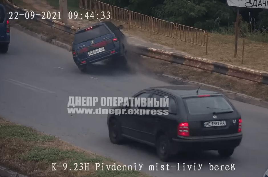 Новости Днепра про В Днепре на Южном мосту ВАЗ влетел в отбойник: видео ДТП
