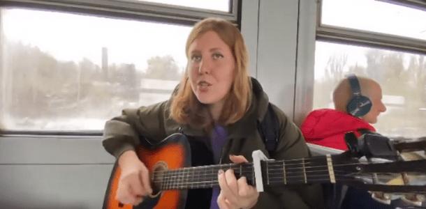 Днепрянка, которая поет в трамваях и метро, довела до слез Наталью Могилевскую (ВИДЕО)