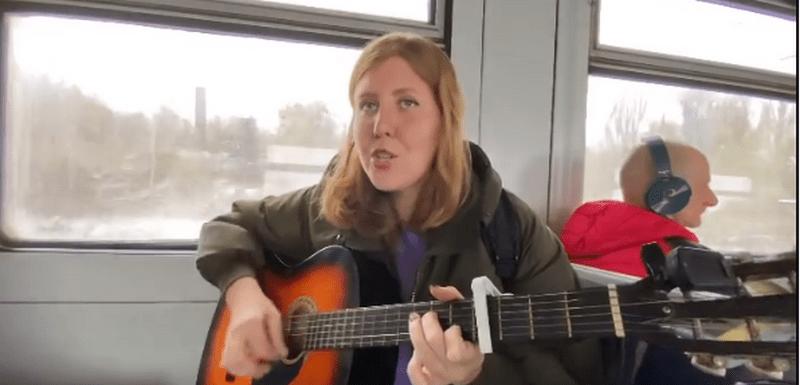 Новости Днепра про Днепрянка, которая поет в трамваях и метро, довела до слез Наталью Могилевскую (ВИДЕО)
