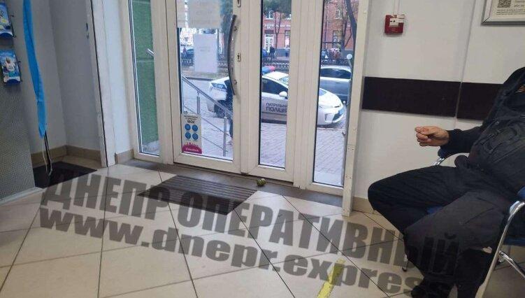 Новости Днепра про Не выдержал: в днепровском банке мужчина устроил скандал, а потом кинул на пол гранату