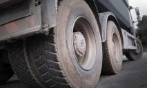 В Днепре грузовик переехал женщину: пострадавшей оторвало ноги (ВИДЕО)