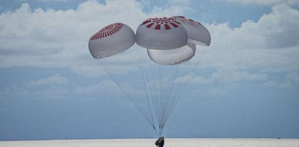Астронавты-аматоры закончили первый туристический полет в космос с гражданским экипажем