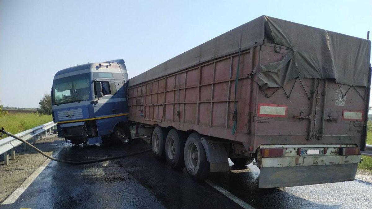 Новости Днепра про Дорогу залило топливом: под Днепром в ДТП попал МAN