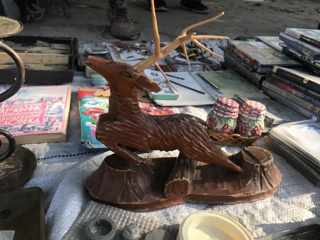 Новости Днепра про Шапка Януковича, бессмертные мясорубки и коляска «Мальвина»: что продают на барахолке на Березинке