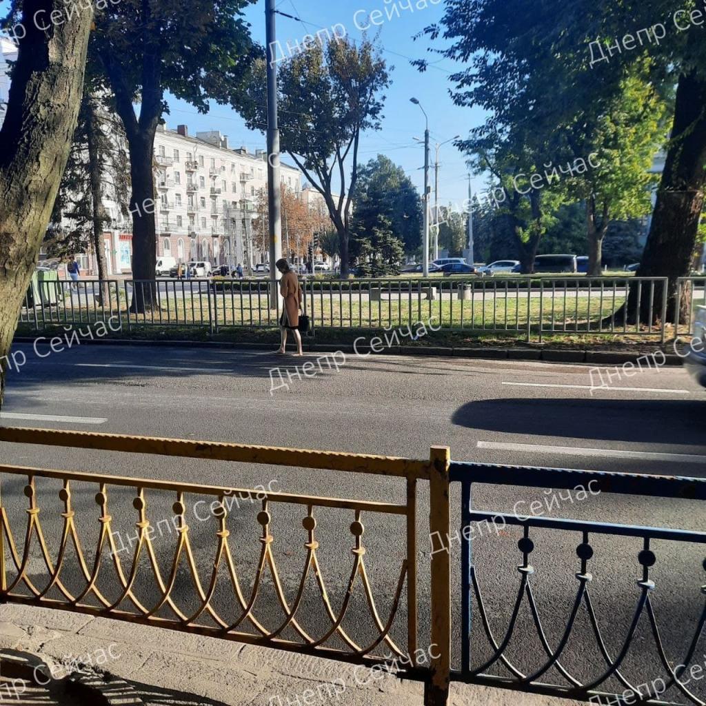 Новости Днепра про Не голая, но босая: по проезжей части на Яворницкого гуляет странная девушка
