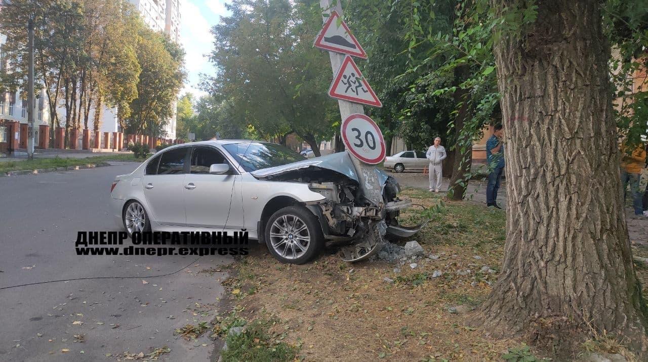 Новости Днепра про В Днепре напротив школы № 15 водитель на скорости влетел в столб
