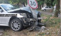 В Днепре напротив школы № 15 водитель на скорости влетел в столб