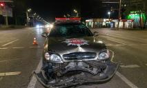 Возле Mcdonalds в Днепре машина охранной службы влетела в отбойник (ВИДЕО)