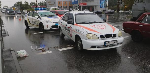 В Днепре на Набережной Победы машина охранной службы сбила на переходе пенсионерку