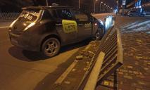 Возле McDonald's в Днепре на набережной таксист на Nissan снес ограждение