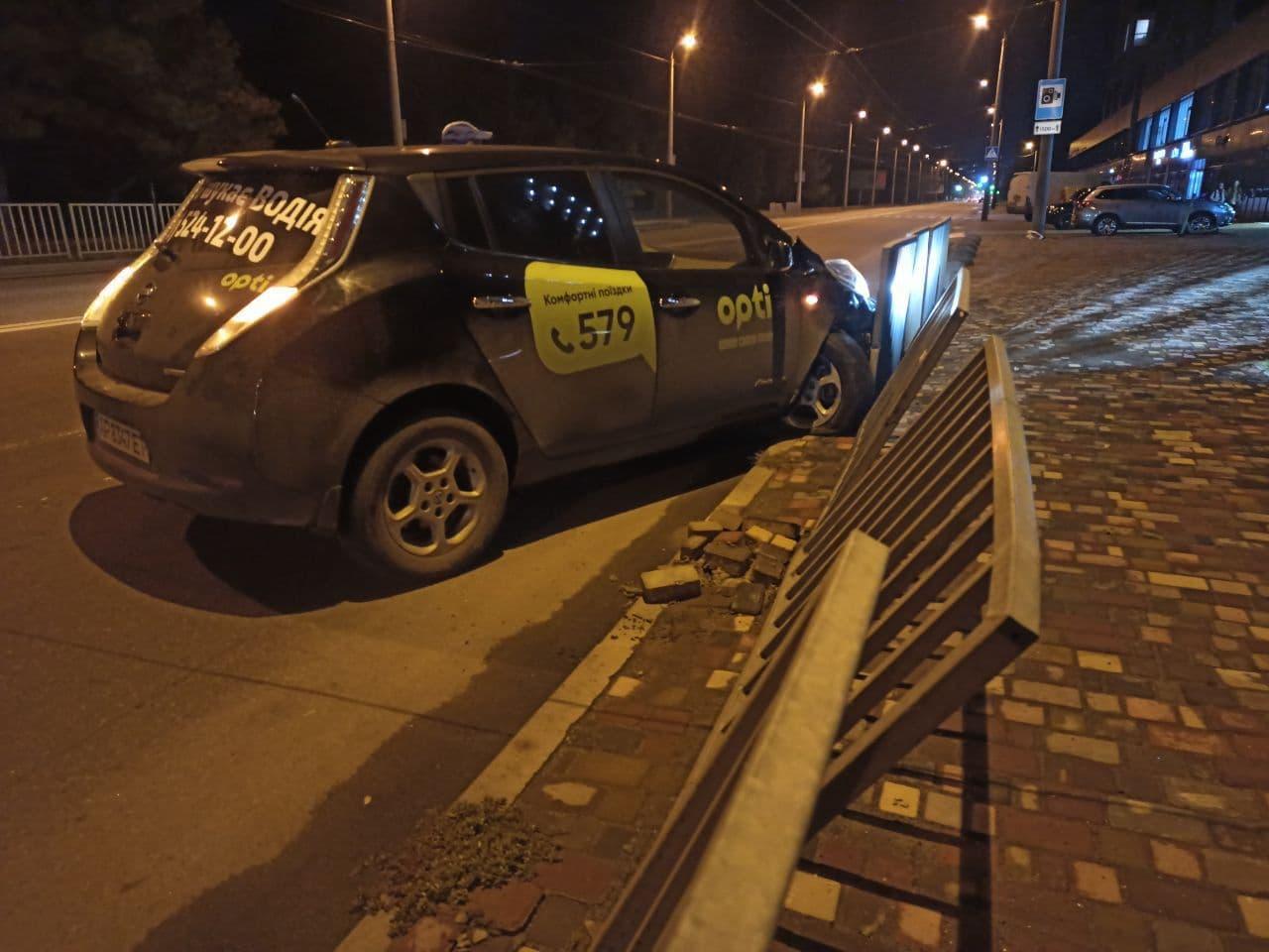 Новости Днепра про Возле McDonald's в Днепре на набережной таксист на Nissan снес ограждение