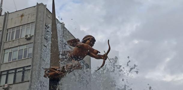Вандалы в Днепре изуродовали амурчика: как сейчас выглядит фонтан та Столярова