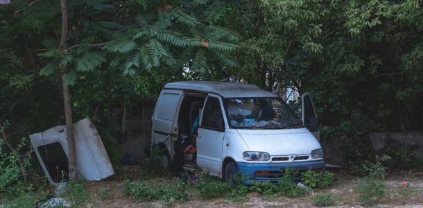 Жил в брошенном авто: в Днепре спасатели достали тело 20-летнего парня