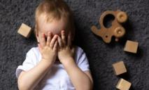 «Твоей маме ничего не надо, особенно ты»: в Днепре воспитатель морально издевалась над ребенком