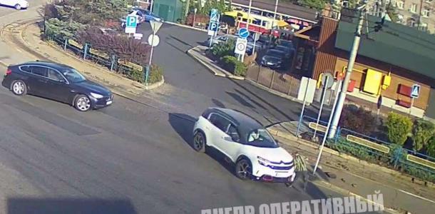 Сбил и переехал: видео момента аварии в Днепре на Старомостовой