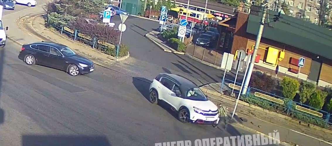 Новости Днепра про Сбил и переехал: видео момента аварии в Днепре на Старомостовой