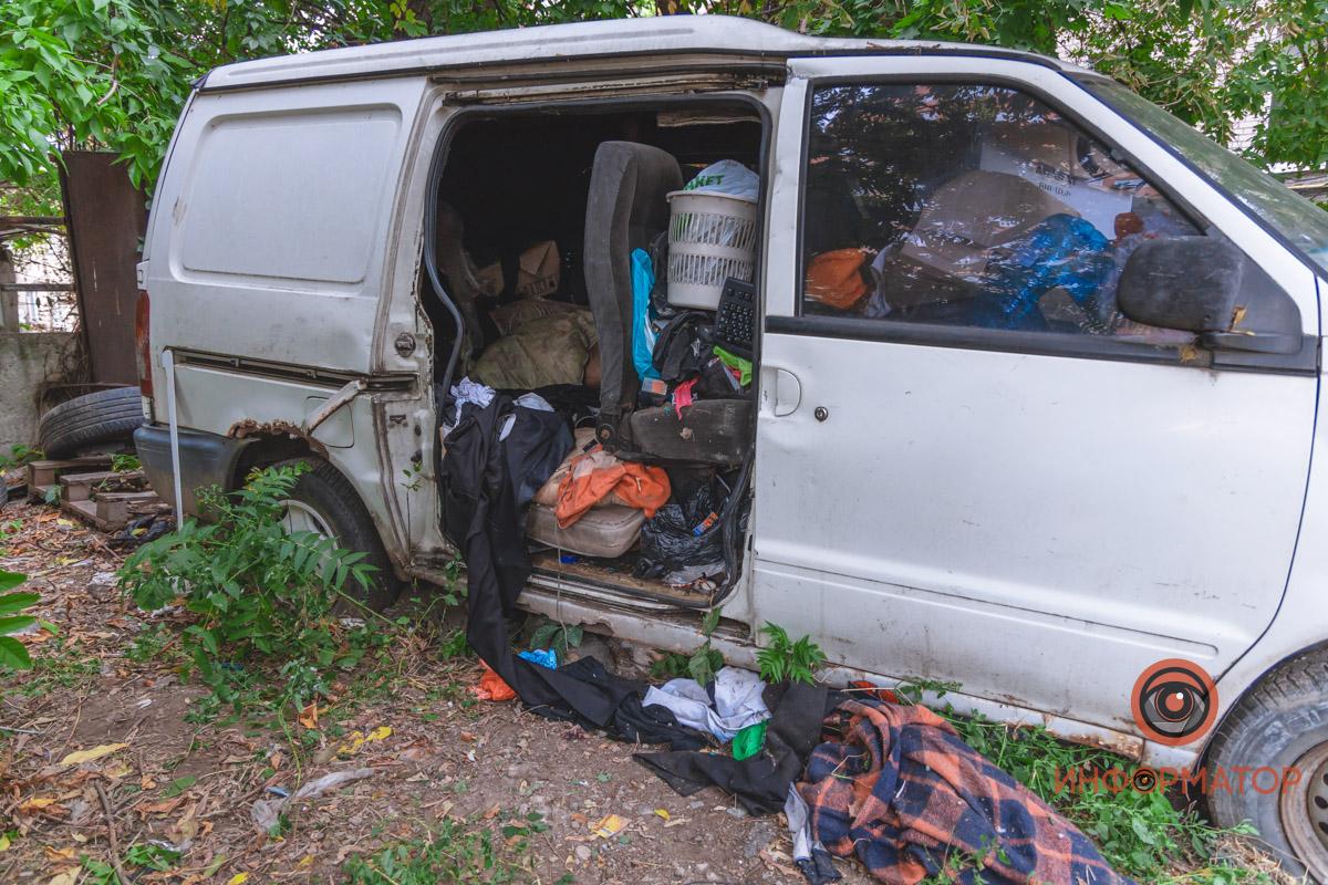 Новости Днепра про Жил в брошенном авто: в Днепре спасатели достали тело 20-летнего парня