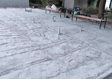 Детскую площадку в Днепре еще не достроили, а резиновое покрытие уже украли