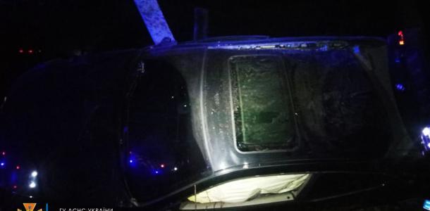 В Подгородном BMW влетел в столб: погибла 17-летняя пассажирка
