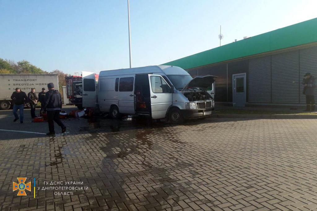 Новости Днепра про На Решетиловской трассе сгорел микроавтобус: есть жертва