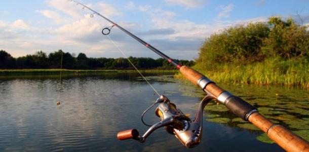 Хороший улов: в Днепре рыбак выловил из озера гранату