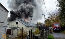 Вся улица в дыму: в Днепре на Августовской горел частный дом