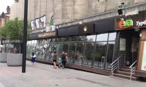 Игнорировали неделями: на Короленко принудительно сняли вывеску Львівської мастерні шоколаду