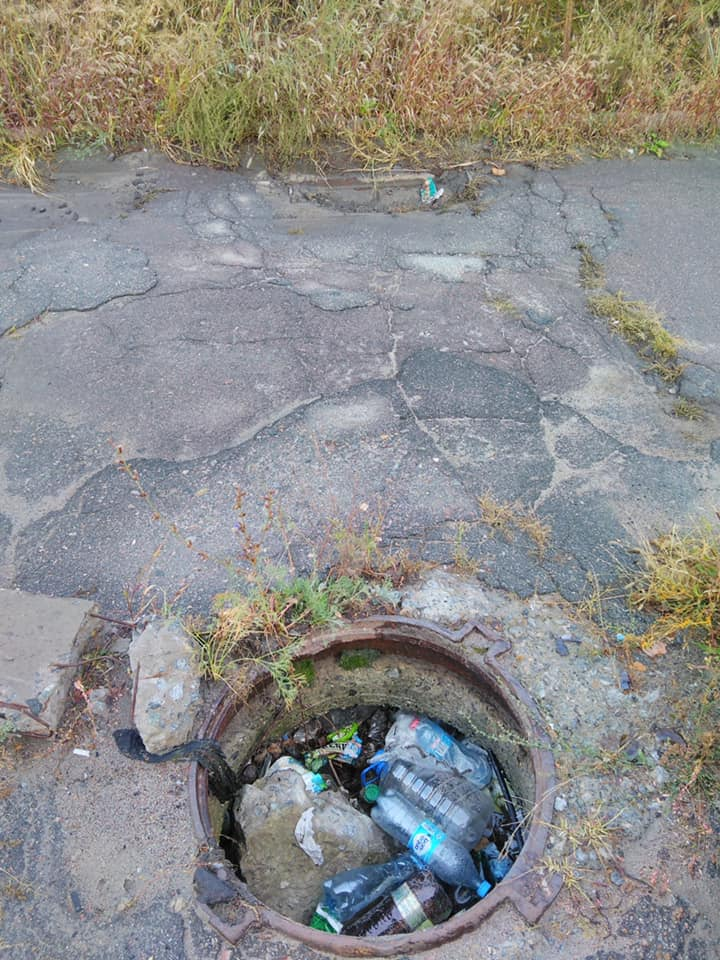 Новости Днепра про Ветки, бутылки и даже ковры: что находят коммунальщики в ливнёвках Днепра (ВИДЕО)