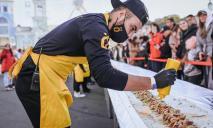 Пошли на рекорд: в Киеве приготовили самую большую в мире шаурму