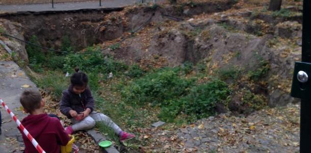 Детская площадка на краю склепа: в Днепре дети играют на раскопках могилы Поля