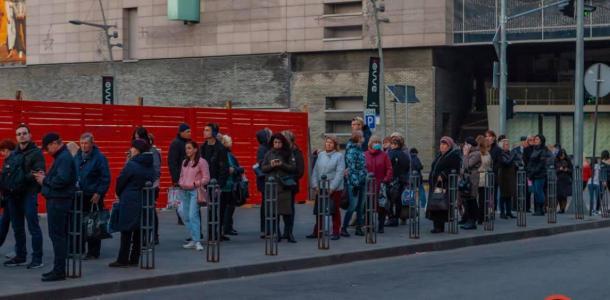 Стоячих не берут: в Днепре огромные очереди на маршрутки