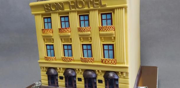 Кондитер из Днепра сделал сладкую копию днепровского отеля и торт в виде куска сала