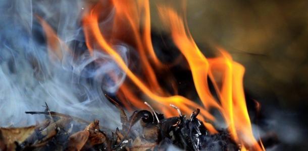 Жгла листья: на Днепропетровщине пенсионерка погибла, упав в костер