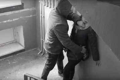 Ударил головой о стену и украл телефон: в Павлограде мужчина напал на девушку