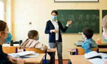 Без сохранения зарплаты: невакцинированных учителей отстранят от работы