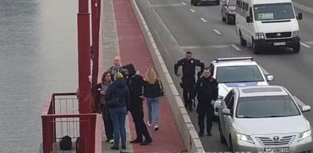 Удержали за момент до прыжка: в Днепре полиция спасла женщину от суицида