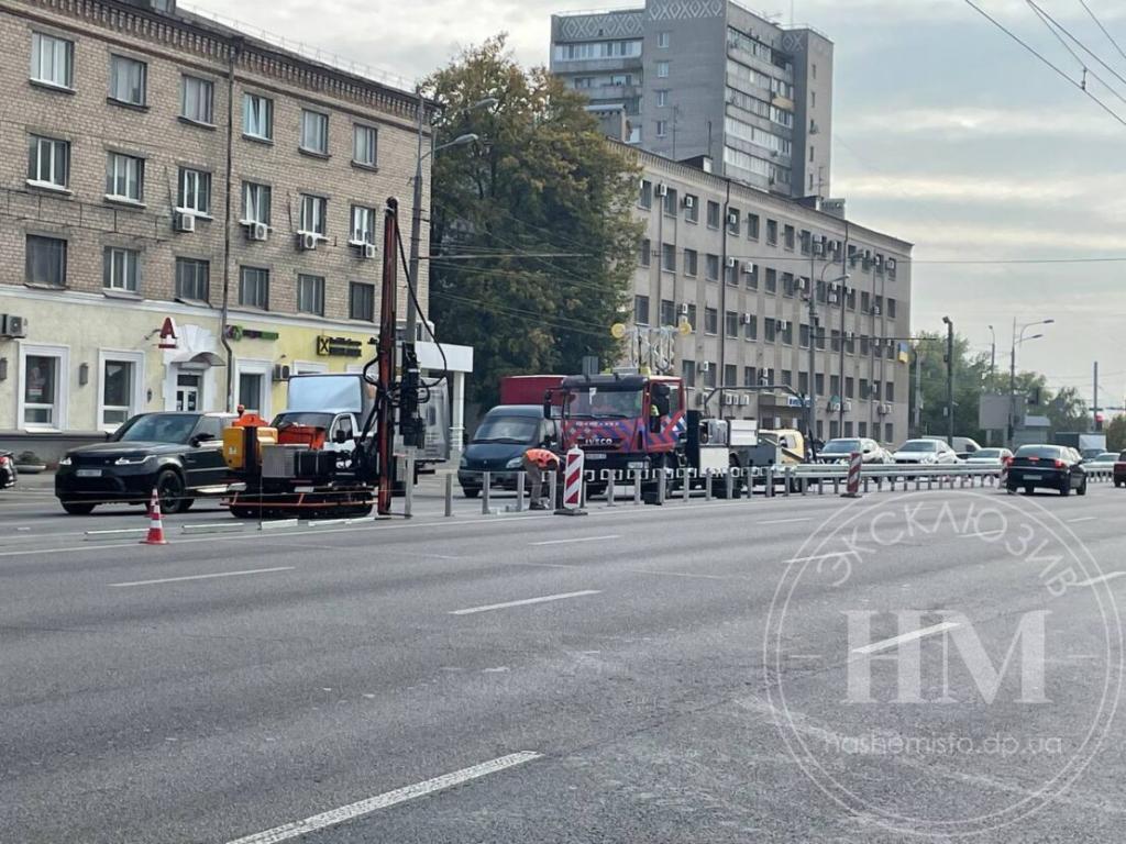 Новости Днепра про Ездить будет безопаснее: на Слобожанском проспекте устанавливают отбойник