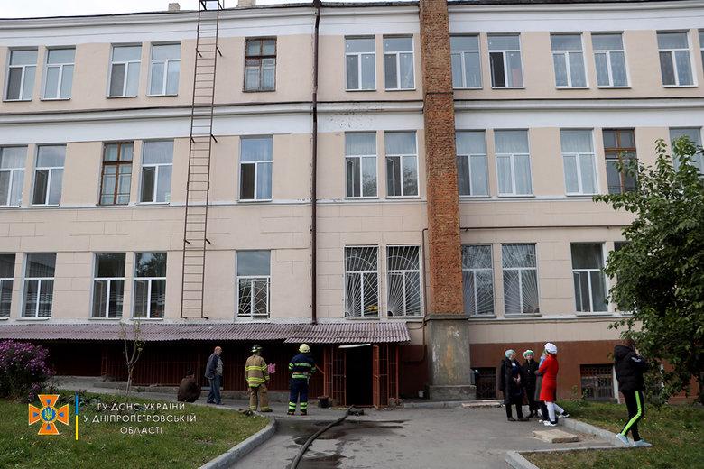 Новости Днепра про В Днепре эвакуировали 700 школьников: на место происшествия приехали 4 пожарные машины