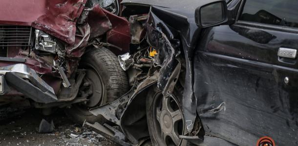Авария в Днепре: на Мукачевской столкнулись легковушки (ФОТО)