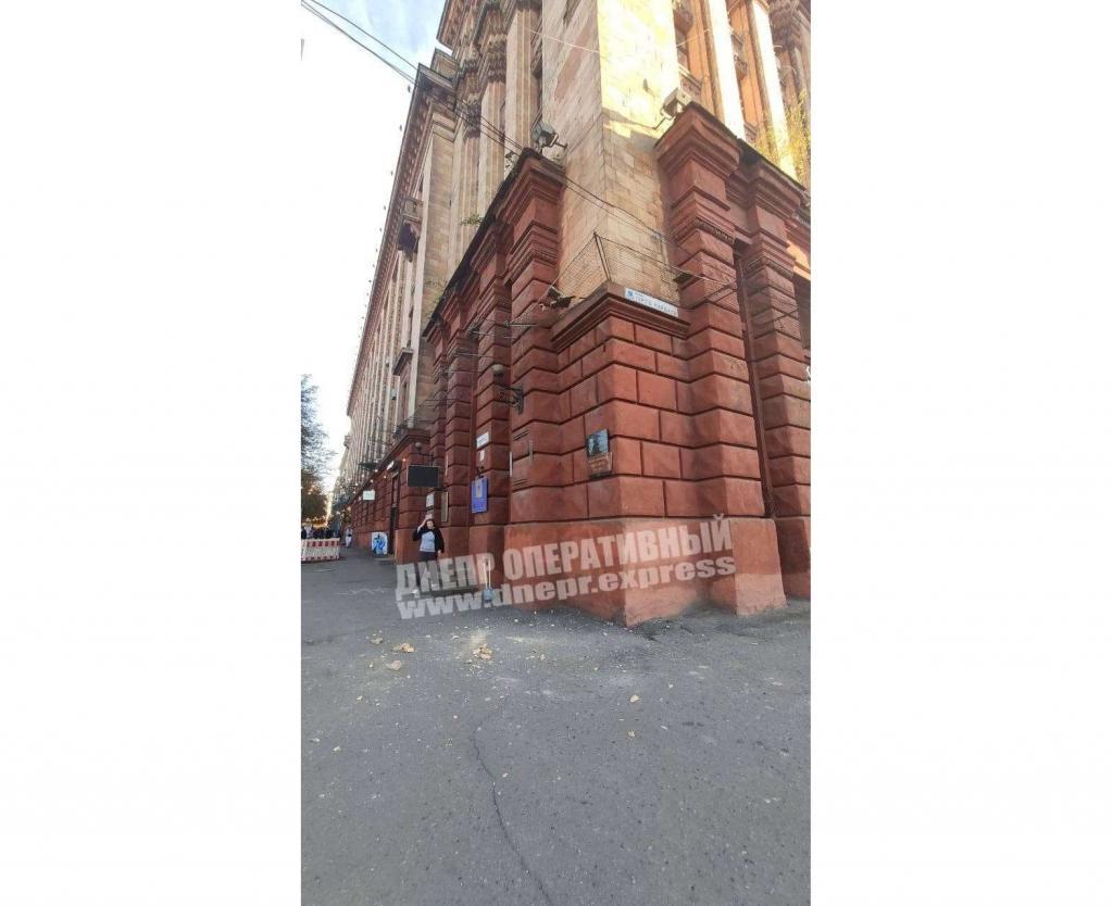 Новости Днепра про Ходите осторожней: в центре Днепра обвалился кусок здания (ВИДЕО)