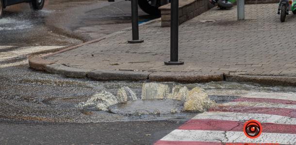 Ни пройти, ни проехать: в центре Днепра забил «фонтан» из нечистот