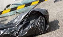 Посреди улицы в красном одеяле: в Днепре нашли треп мужчины