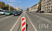 Ездить будет безопаснее: на Слобожанском проспекте устанавливают отбойник