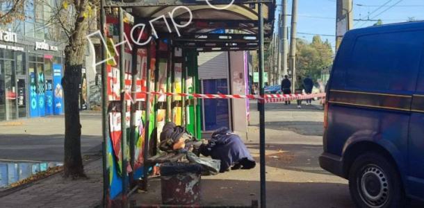 Кровавые следы: в Днепре на остановке лежал труп мужчины (ФОТО)