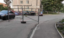 «Забаррикадировались»: Днепре «скорая» не заехала во двор из-за ворот, которые установили жильцы