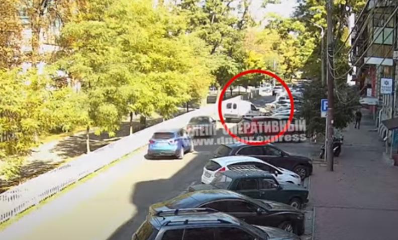 Новости Днепра про В Днепре Renault сбил курьера Glovo: видео момента
