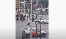 И пусть весь мир подождет: в Днепре парень отжимался посреди дороги (видео)