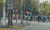 Сотни людей с флагами: как проходит в Днепре праздничный марш